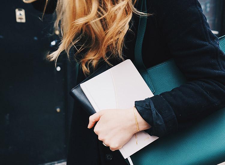 Jeune femme active entrepreneure qui s'ouvre à un accompagnement professionnel pour gagner en confiance en soi et en motivation grâce à Business Évolution   business éthique