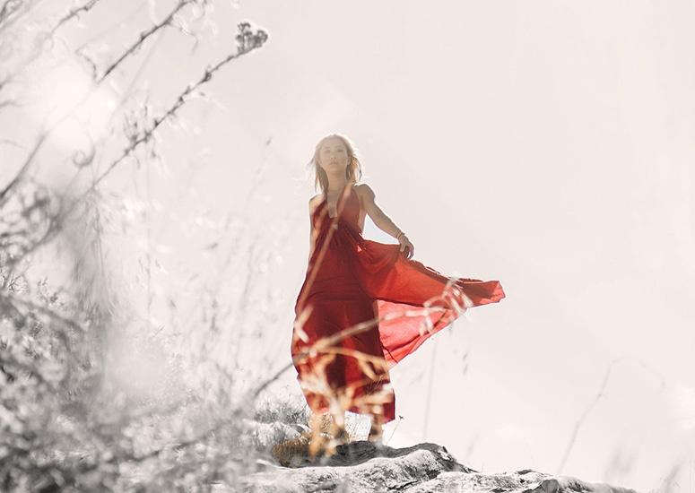 Photo d'une jeune femme en robe rouge qui nous invite à un accompagnement coaching pour se réinventer Anne-Claire Curtil
