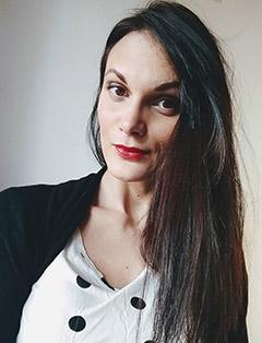 Contacter Anne6Claire Curtil pour un entretien découverte : un portrait d'Anne-Claire souriante